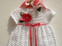 Riservato Abitino per bebè eseguito a mano all'uncinetto in cotone bianco con una rosa fucsia applicata : Moda bebè di i-pizzi-di-anto