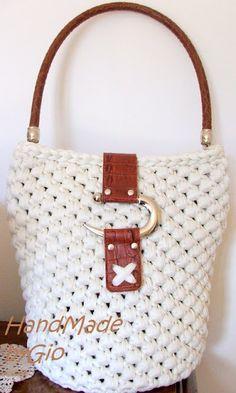 T-shirt yarn crochet bag/ HandMade by Gio: Secchiello in fettuccia Diy Crochet Stitches, Bag Crochet, Diy Crochet And Knitting, Crochet Fabric, Fabric Yarn, Crochet Handbags, Crochet Purses, Diy Bags Purses, Macrame Bag