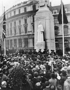 Queen Alexandra unveils the memorial to Edith in Trafalgar Square - Manchester Evening News