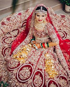 Best solo bride poses for weddings that you can get into for your photoshoot. Solo bridal photoshoot is in trend. Indian Bridal Outfits, Indian Bridal Lehenga, Indian Bridal Wear, Pakistani Bridal, Indian Wear, Asian Bridal, Bridal Looks, Bridal Style, Saris