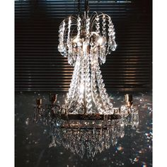 LYSEKRONE EMPIRE 8 ARMAR COGNAC Empire Cogan Drop krystall lysekrone med nøye utvalgte detaljer,som gir spesiell stemning og atmosfære i huset. passer for egnet rom,entré. Med en gull armaturet finish og dingler krystaller, denne lysekrone er sentrum for oppmerksomhet i noen innendørs innstillingen.Lysekrone med levende lys.