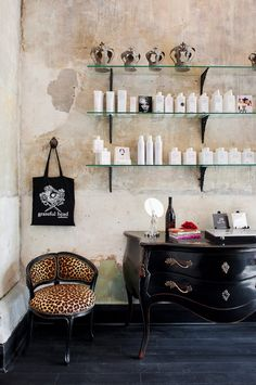 Salon/Spa I love the walls, the shelves, the vintage chest. Home Hair Salons, Home Salon, Decoracion Vintage Chic, Design Salon, Salon Style, Style Glam, Beauty Room, My New Room, Sweet Home