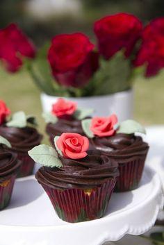 Saint George Cupcakes with roses / Pastissets de Sant Jordi via Pètals de sucre.