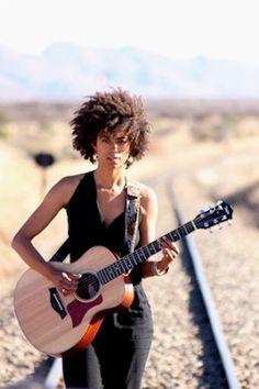 En la vanguardia namibia, las minorías luchan. La cantante Shishani, conocida por su activismo por los derechos LGTBIQ en África, moderniza la tradición oral Herero y Namaqua. Gemma Solés | El País, 2016-10-17 http://elpais.com/elpais/2016/10/14/planeta_futuro/1476465428_119041.html
