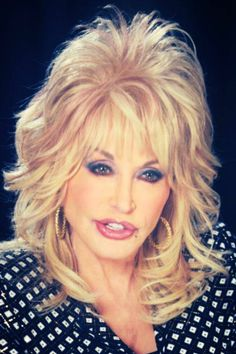Dolly Parton- Little girl from the hills of Tennessee to one of the most successful ladies in show business or business point. Dolly Parton Wigs, Medium Hair Styles, Curly Hair Styles, Musica Country, Medium Shag Haircuts, Hair Icon, Layered Hair, Wig Hairstyles, Hair Lengths