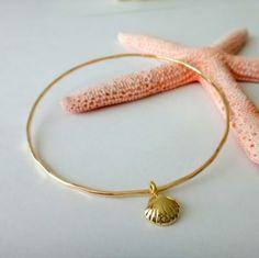 海の貝殻モチーフのゴールドフィルドバングル