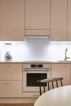 Keittiön kauniit kultaiset yksityiskohdat viimeistelevät kokonaisuuden. Vetimenä on kaunis lankavedin Retro. #asuntokaupatsokkona #nelonen #jakso5 #vetimet #vedin #sisustus #sisustussuunnittelu #keittiö #keittiösuunnittelu #retro #kulta #messingöity #lankavedin #helatukku Two Tone Kitchen Cabinets, Farmhouse Kitchen Cabinets, Painting Kitchen Cabinets, Diy Kitchen, Kitchen Cabinet Organization, Cabinet Makeover, Contemporary Interior Design, Black Kitchens, Cabinet Design