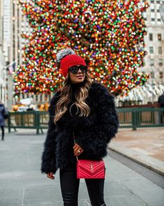 Theres no place more magical at Christmas time than NYC. // Outfit details linked in my bio and via the LIKEtoKNOW.it app. Informations About Maria Vizuete Nyc Winter, Autumn Winter Fashion, New York Winter Outfit, Effortlessly Chic Outfits, Inspiration Mode, Winter Outfits Women, Holiday Fashion, Holiday Style, Everyday Outfits