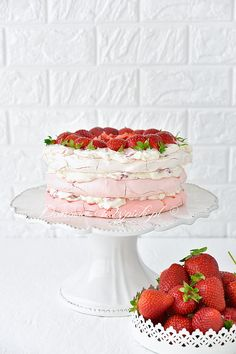 Tort bezowy ombre z truskawkami Crazy Cakes, Meringue Pavlova, Dessert Tray, Ombre Cake, Cupcakes, Best Food Ever, Vanilla Cake, Muffins, Goals