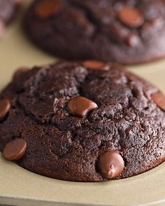 Make a double batch of these chocolate banana muffins and store some in the freezer for easy access to healthy muffins. These healthy chocolate muffins are naturally sweetened, made with white whole wheat flour, and are so moist and delicious! Healthy Chocolate Muffins, Vegan Chocolate Cupcakes, Healthy Muffins, Healthy Baking, Healthy Desserts, Chocolate Recipes, Delicious Chocolate, Chocolate Chocolate, Healthy Cupcakes