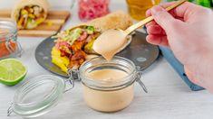 Hjemmelaget kebabdressing Glass Of Milk, Panna Cotta, Ethnic Recipes, Food, Cilantro, Dulce De Leche, Meal, Essen, Hoods