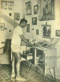 Pelé kickin' it old school. Fútbol and vintage vinyl. Vinyl Record Player, Record Players, Vinyl Records, Vinyl Music, Dj Music, Listening To Music, Lps, Kickin It Old School, Vinyl Junkies