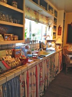 24 Unique Kitchen Cabinet Curtain Ideas for an Adorable Home Decor Style - Decor 2019 Primitive Kitchen, Country Kitchen, New Kitchen, Kitchen Decor, Kitchen Ideas, Design Kitchen, Shabby Chic Kitchen, Vintage Kitchen, Vintage Dishes