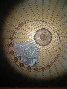 Hat, Tezhib ve Minyatür Sanatları ile müthiş bir terkib-i nakş. İslâm Hilâli (Lafzatullah ve Muhammed aleyhisselâm ile Hulefâ-ı Râşidîn'in isimleri yazılmış) ve içine İstanbul ile Fetih Timsâli Ayasofya Câmi minyatüre edilerek güzel bir mesaj verilmiş. Ve son olarak ortaya nakşedilmiş Hatt; Nûr Sûresi'nin 35. âyetinin başları {Allah göklerin ve yerin (ve herşeyin) nuru,(nurunu ve aydınlığını veren)dir. O'nun nurunun misâli duvarda bir hücre içindeki (kuvvetli) bir kandil gibidir; ki o kandil…