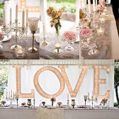 Blumendekor und LOVE Inschrift Vasen und Rosenblüten