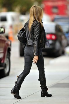 Jennifer Aniston wearing black jeans, black motorcycle boots and a black leather jacket. She looks amazing. Estilo Jennifer Aniston, Jennifer Aniston News, Jennifer Aniston Pictures, Jennifer Aniston Hairstyles, Jennifer Aniston Wanderlust, Riding Boot Outfits, Jeniffer Aniston, Stitch Fix, Mini Vestidos
