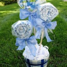 Baby Shower Bouquet Tutorial ~ using burp rags, receiving blankets, or bibs. My sister Madrigal made them and added to diaper cake for my baby shower. Regalo Baby Shower, Mesas Para Baby Shower, Baby Shower Crafts, Baby Shower Fun, Baby Crafts, Baby Showers, Easter Crafts, Homemade Baby Shower Decorations, Bridal Showers
