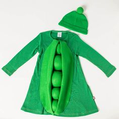 How To: Make Black Eyed Pea - DIY Halloween Costumes for Kids - Southernliving. What You Need:5 styrofoam ballsGreen felt (about 2 yards)Green nontoxic spraypaintNewspaperScissorsHot glue gunGreen pom pomOn a flat, dry surface, spraypaint the Styrofoam balls green. Set aside to dry. Starting from the top, glue balls to the green dress in a vertical line. Set aside to dry. Measure felt against the length of the dress and cut two longer pieces that resemble pea pod shell. Attach to both…
