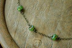 """""""Trésors d'Afrique"""" Bracelet bronze orné de trois perles artisanales africaines vertes."""