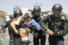 ESTA ES LA REVOLUCION BONITA EL SOCIALISMO DEL SIGLO XXI, NO ES UN LADRON ES UN ESTUDIANTE Q PROTESTA. pic.twitter.com/kgChOPWiaY  VIOLACIONES DE DERECHOS HUMANOS, Y DELITOS DE LESA HUMANIDAD, COMETIDOS CONTRA EL PUEBLO VENEZOLANO POR EL RÉGIMEN DICTATORIAL DE NICOLAS MADURO.- http://cesardiazpacheco.blogspot.com/