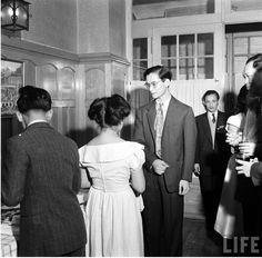 """เมื่อ 67 ปีที่แล้ว ในวันที่ 12 ธันวาคม 1949 ดิมิทรี่ เคสเซล (Dmitri Kessel) ช่างภาพชาวยูเครนวัย 40 ปี ซึ่งเป็นช่างภาพคนสำคัญของนิตยสาร LIFE เดินทางไปเมืองโลซานน์ ประเทศสวิตเซอร์แลนด์ เพื่อบันทึกภาพในหลวงที่ขณะนั้นมีพระชนมพรรษา 22 พรรษา ณ พระตำหนักวิลล่าวัฒนา ภาพชุดนั้นมีชื่อว่า """"Roi du Siam"""" (กษัตริย์แห่งสยาม)"""