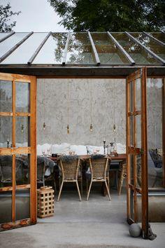 En stilren och stämningsfull samlingsplats i glas – kika in! Outdoor Spaces, Outdoor Living, Outdoor Patios, Outdoor Kitchens, Haus Am See, Home Greenhouse, Glass House, Elle Decor, Gazebo