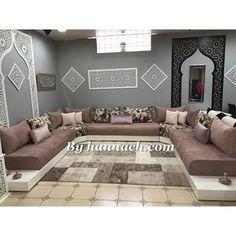 Le SALON ZEINA existe aussi en noir . Nous vous proposons ce modèle en 80 cm de largeur pour un confort égal à celui d'un canapé, avec des banquettes d'angle de 100×100 cm. Les nouveaux matelas en mousse HR (haute résilience) sont très confortables avec un accueil moelleux et souple. Le tissu est au choix, déhoussable et lavable en machine à 30° … Home Room Design, Living Room Designs, Living Room Sofa, Living Room Decor, Home Decor Furniture, Furniture Design, Arabic Decor, Modern Sofa Designs, Floor Seating