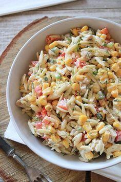 Cześć! Dziś mam dla Was przepis na absolutnie przepyszną sałatkę z makaronem ryżowym i kurczakiem . Na podstawie blogowych statystyk wiem,... Veggie Recipes, Real Food Recipes, Salad Recipes, Healthy Recipes, Appetizer Salads, Appetizer Recipes, Feta, Mediterranean Diet Recipes, Big Meals