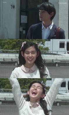 """Ayako le explica a Kotoko que Naoki es su tutor. Ella comienza a llorar de la felicidad mientras las hermanas se van para recorrer la escuela. Naoki: """"Por cierto, qué decías? Que aprobabas que Yuko y yo viviéramos juntos?"""". Ella moviendo las manos, corriendo hacia él: """"No es cierto! Me retracto! Estoy totalmente en contra!"""". Naoki: """"Me mudé para estar solo, por qué iba a vivir con alguien?. Adiós, Kotoko"""". Ella al quedar sola grita de felicidad - Itazura na Kiss Love in Tokyo Ep 9"""