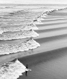 Ritme van de zee..Het ritme is hier een herhaling van een witte en donkere golf.