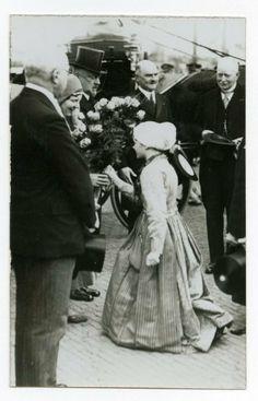 Opening van de Tweede Vissershaven. Bezoek van Prinses Juliana aan Scheveningen. Een Schevenings meisje biedt de prinses bloemen aan. Met hoge hoed: Prins Hendrik, rechts van hem burgemeester jonkheer mr.dr. L.H.M. Bosch Ridder van Rosenthal. 1931 #ZuidHolland #Scheveningen