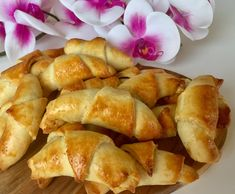 Kruche rogaliki z ciasta serowego - Blog z apetytem Cake Recipes, Snack Recipes, Pretzel Bites, French Toast, Food And Drink, Chips, Peach, Sweets, Bread