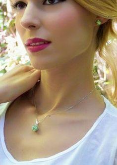 Juego CERES: joyas de plata y cristales verdes y blancos swarovski. Colgante y pendientes  esféricos. Cadena de plata. Moda ibicenca. Venta exclusiva en www. miara. es (gastos de envío gratuitos, garantía de devolución y obsequio con el pedido) puede consultarnos a través de info@miara.es o por tlf. 661 25 38 59. #shopping #fashion #moda #modaibicenca #trends  #fashionaccesories #womenaccesories #jewels #silverjewels #joyas #joyasdeplata #swarovski #collares #earrings #pendientes #necklace