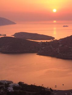 On the picturesque island of Ios, and especially in Chora, colours abound. Walking on the alleys of Ios Island , your eye may catch a parti. Beautiful Sunset, Beautiful World, Most Beautiful, Living In Dubai, Acropolis, Ancient Greece, Greek Islands, Outdoor Activities, The Places Youll Go