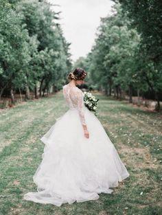 Vestido de novia corte princesa con mangas largas y marco desnudo en la espalda - Foto Sareh Nouri