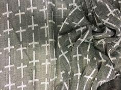"""Metallic Skin Cruzetas (Preto).            Tecido fino, estilo crochet com beneficiamento em luréx, formando desenhos de """"cruz"""" em tons metálicos. Toque suave, brilho discreto e elegante.  Sugestão para confeccionar: detalhes em peças, vestidos, camisas, blusas, entre outros."""
