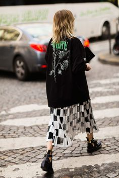Der beste Street Style der Paris Fashion Week: Holli Rogers - The Cut . Street Style Outfits, Look Street Style, Street Style Trends, Mode Outfits, Fashion Outfits, Fashion Tips, Fashion Trends, Spring Street Style, Grunge Outfits