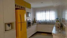 O amarelo também aparece na cozinha de Fabiana Rocha Mian.
