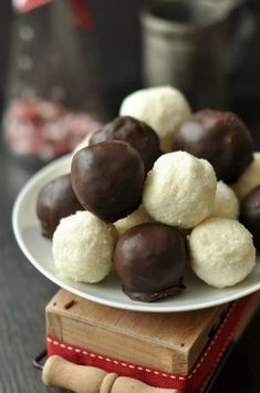 Bounty gombóc egyszerűen – Csak a Puffin Chocolate Diy, Hungarian Recipes, Macaron, No Bake Cake, Cake Cookies, Cookie Recipes, Healthy Snacks, Food And Drink, Favorite Recipes