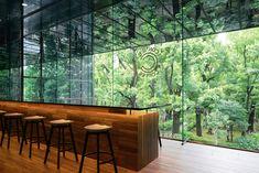 イサムノグチが手がけた石庭への眺望が美しい草月会館の2階に位置するカフェをnendoが手掛けました。