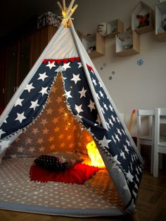 Teepee Stars and Deers Pětiúhleníkový teepee stan s tmavomodrými hvězdami Rozměry: průměr podlážky cca 140 cm, výška stanu 150 cm, délka dřevěných latí 180 cm. Polstrovaná podlážka a dva polštářky v ceně.