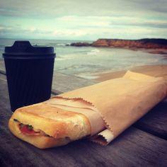 Weil heute #throwbackthursday ist hüpfen wir kurz nach Australien. In #Torquay gab es das #Frühstück direkt auf der Klippe. Unvergesslich... ------------------------------------------------------------------------- #foodgasm #foodporn #foodphotography #coffeelovers #coffee #breakfast #breakky #wanderlust #landscape #ontheroad #neverstopexploring #australia #greatoceanroad #landscape_lover #water #sea #beach #tbt #skyporn #surfing #surf #sandwich #food #picporn #ozeanien #coffeetime by lueige