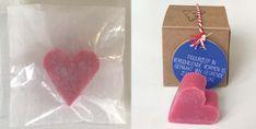 Een zeepje in de vorm van een hart. In verschillende kleuren mogelijk. Het zeepje wordt verpakt in een pergamijnen zakje of kraftpapieren doosje. Hart, Kraft Paper