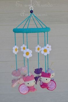 Es un Mundo Amigurumi Crochet Baby Toys, Crochet For Kids, Diy Crochet, Crochet Dolls, Crochet Shoes Pattern, Crochet Patterns, Beaded Flowers, Crochet Flowers, Baby Mobile Felt