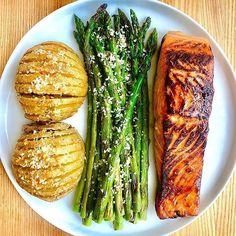Hasselbacks and honey-garlic-chipotle salmon coming in hot for tonight's post-gym din 🙌🏻🔥💯 I made almost the exact same meal for my family when I was in Boise a couple weeks ago, and it was a 😍's and. Healthy Meal Prep, Healthy Snacks, Healthy Eating, Healthy Recipes, Healthy Detox, Healthy Fruits, Healthy Drinks, Delicious Recipes, Clean Eating