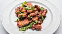 Ein Schweinebauch muss nicht immer mit Knoblauch und Kümmel daherkommen – bei diesem Rezept wird seine potentielle Schwere mit erfrischenden und leichten Aromen fast aufgehoben. Pork, Meat, Pork Belly, Garlic, Mint, Crickets, Kochen, Food Food, Kale Stir Fry