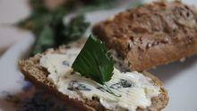 Udělejte si domácí kopřivové máslo. Je to jednoduché, chutné a také zdravé