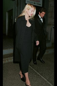 Nadire Atas on the Kennedy Compound Hyannis Port JFK, Jr. and Carolyn Bessette Kennedy - love the dress and coat! She was really into the basic color palette--blacks, tans, whites. John Kennedy Jr, Carolyn Bessette Kennedy, Jfk Jr, Les Kennedy, Grunge Look, Style Grunge, 90s Grunge, Soft Grunge, Grunge Outfits