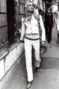 Brigitte Bardot, le style mythique d'une icône. Les bottes: Cuissardes dans le clip Harley Davidson ou santiags dans la vie courante, Sex Kitten (son surnom) oscile entre western et fétichisme.