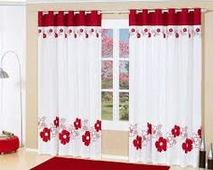 Cortina con flores rojas.